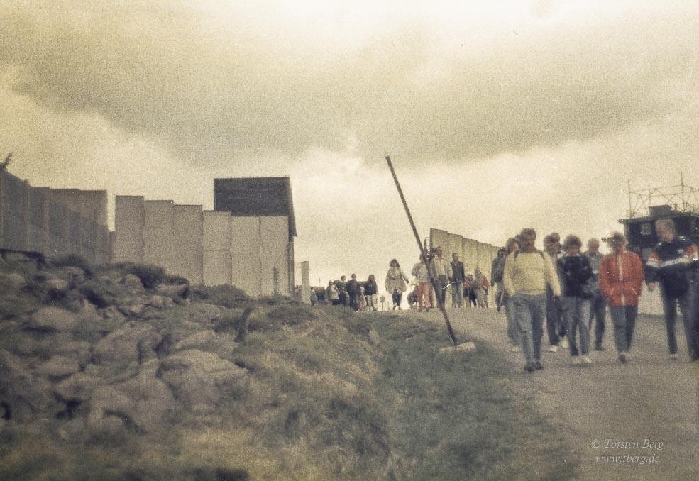 Jammerossi oder Besserwessi - mein Leben 30 Jahre nach dem Mauerfall - Wanderer auf dem jetzt wieder freien Brocken im April 1990