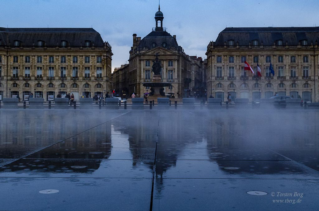 "Eine Welt der Kulturen in der Cité du Vin in Bordeaux - Der ""Wasserspiegel"" miroir d'eau in Bordeaux"