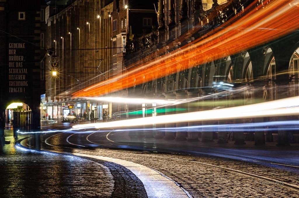 Gedanken im Februar 2020 - Langzeitbelichtung einer Straßenbahn im Zentrum von Bremen