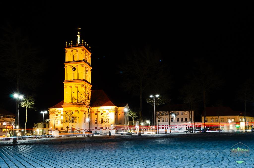 Residenzstadt Neustrelitz - die Stadtkirche im Abendverkehr