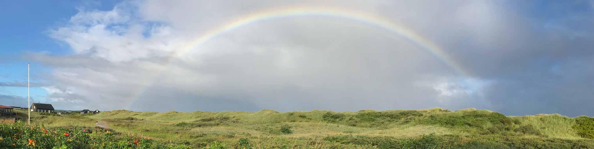 unterwegs in Jütland / Dänemark - Regenbogen über eine Dünenlandschaft bei Løkken
