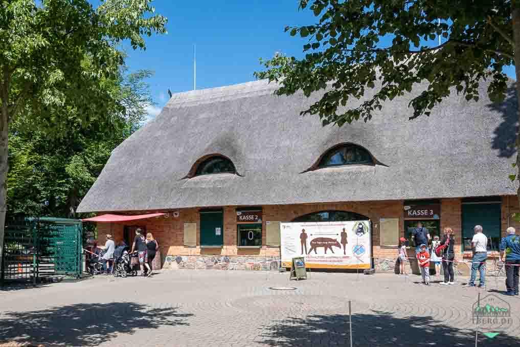 Besuch im Zoo Schwerin - Der EIn- und Ausgang ist einer norddeutschen Scheune nachempfunden